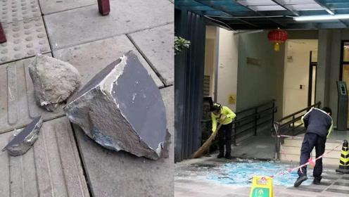 天降水泥块!昆明某小区一17楼窗台水泥突然脱落,雨棚玻璃被砸破