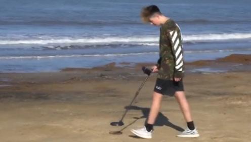 小哥用金属探测仪在沙滩上寻宝,意外发现宝箱,打开后惊喜连连