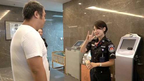 机场美女安检员自学手语,12年服务千名聋哑人:哥哥是聋哑人