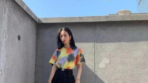 周雨彤最新写真私服,短袖T恤配半身裙,展现身材又淑女