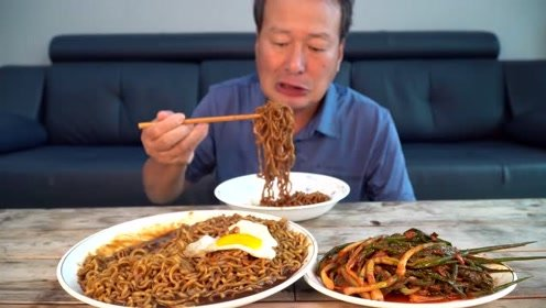 韩国大叔连吃三袋泡面,搭配两个煎蛋和一盘泡菜,吃的香喷喷