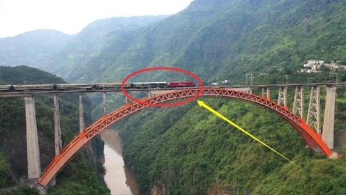 """中国一座横跨峡谷的""""铁路大桥"""",火车经过那一刻,让人热血沸腾"""