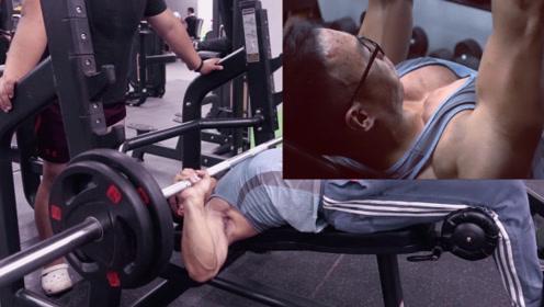 小伙自然健身2年练出强悍胸肌,5个动作占最大功劳,你值得拥有