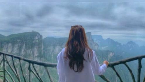 超甜!张智霖携妻子出游 镜头下的袁咏仪背影像18岁少女超美