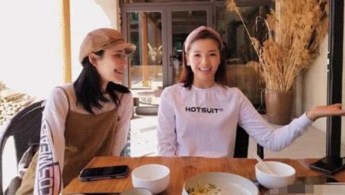 刘涛《亲爱的客栈》路透照曝光,亲切与网友合影笑靥如花
