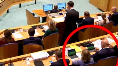 荷兰首相正在国会上发言 身后两部长偷偷看球赛被媒体拍个正着