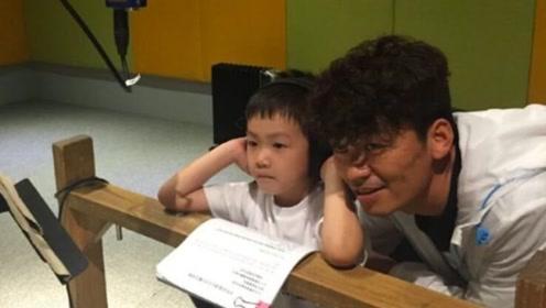 """王宝强9岁儿子接纳""""新""""妈妈?当众献花,关系融洽"""