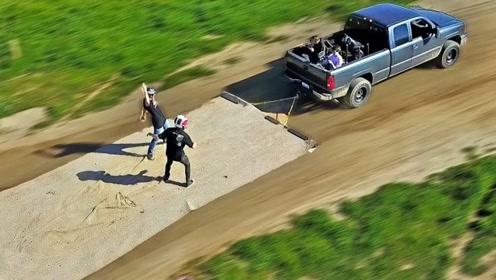 小伙将毛毯固定在越野车上,一脚油门下去,才知道啥叫刺激