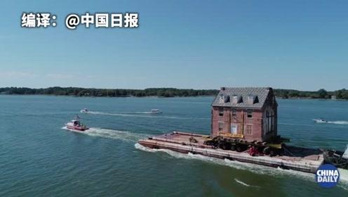 """历经9个多小时,这幢有250年历史的美国老宅完成海上""""搬家"""""""