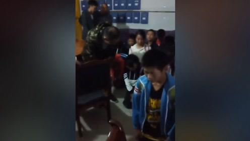 云南一教师调任学生痛哭跪地挽留 教师:很感动但不想被过多关注
