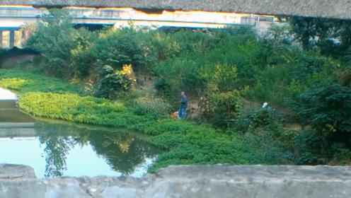 钓鱼:我在桥上钓鱼,不知道什么原因?岸边的大爷一直看着我