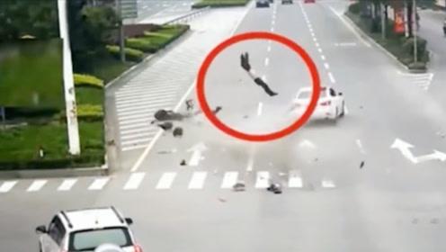 电车男嚣张闯红灯,轿车司机刹车不及时直接撞飞,当场倒地不起!