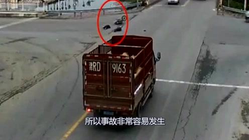 电动车闯红灯被撞的稀巴烂,监控拍下可怕的事情