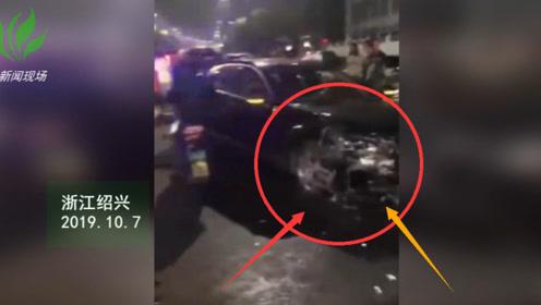 一辆奔驰轿车失控与停放的机动车发生碰撞 多车和隔离护栏受损