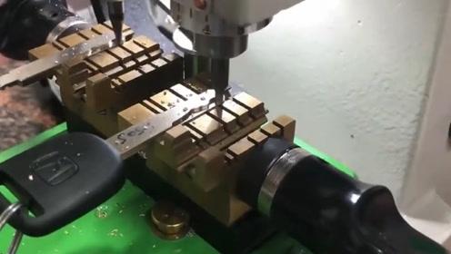钥匙的配置过程是什么样子的呢?老外拿来机器展示,过程太轻松