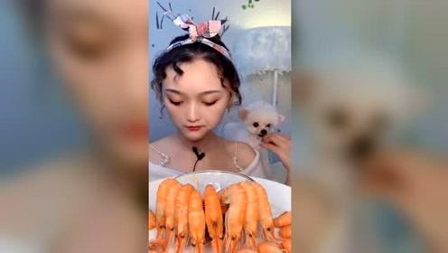大姐吃超鲜美的台湾虾,这虾吃着也太鲜了,个头也很大一只呢!