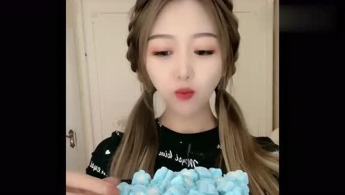 吃冰小姐姐,大口大口往嘴里塞冰冻的棉花糖,咀嚼的声音好诱人!