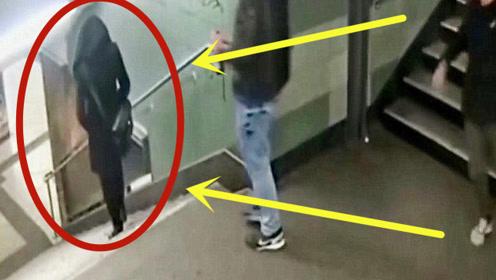 陌生男子醉酒袭击美女,一脚踹下楼梯,路人都看不下去了!