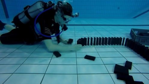 男子在水下玩多米诺骨牌,用手推倒后,太好玩了!