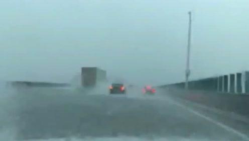 高速上感觉像在死与生的边缘徘徊,以后再也不敢在台风季节出门了