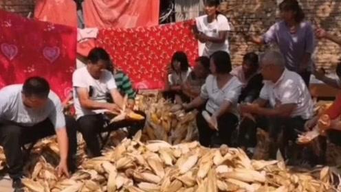 大衣哥推掉80万商演和一群粉丝在家剥玉米 画面超温馨