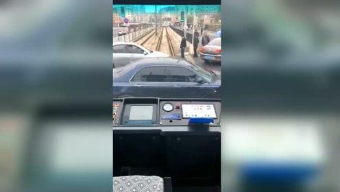 把车停铁轨上,这司机脑子是怎么想的?