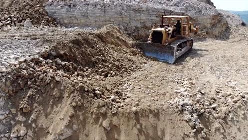 大型推土机山坡上作业过程,这操作技术我给满分