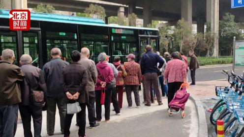"""公交车队在站前维持秩序半年 如今市民排30米长队称""""不好意思插队"""""""