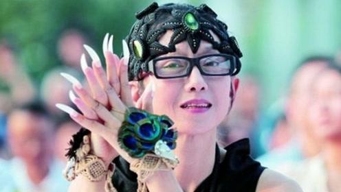杨丽萍每年花十几万保养指甲,如今近况曝光,拄拐吃力指甲也没了