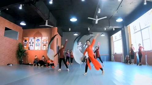 舞蹈老师在室内领舞跳一曲古风《山鬼》,扇舞真的美!