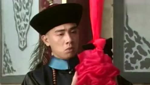 韦小宝升官王爷送豪宅祝贺,看着牌匾韦小宝也就认识一个字