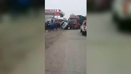 沧州载9人面包车先后与2车相撞 致2死7伤现场惨烈