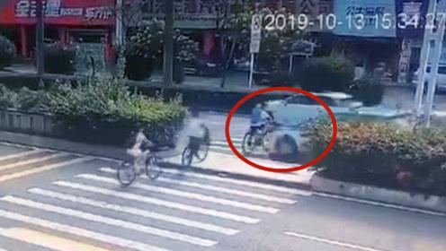 """男生骑车""""鬼探头""""式穿马路 惨遭出租车撞飞数米"""