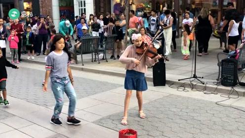 国外小女孩街头演奏小提琴,太好听了,超欢乐的!