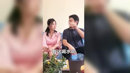 祝晓晗和老爸一起看电视!调皮的她用葵花点穴手把爸爸定住了