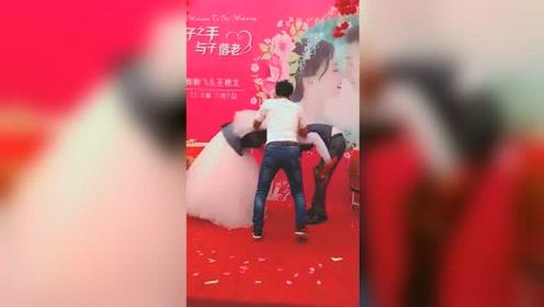 """新人正在台上对拜 男子突然冲上舞台""""婚闹"""""""