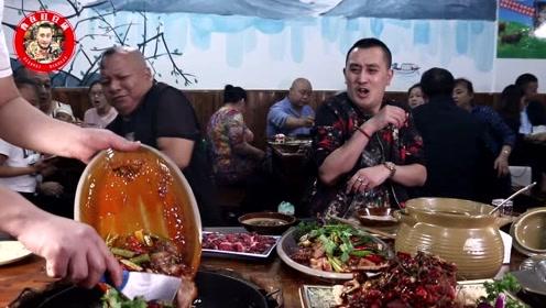 重庆最近很火的美食,食客即怕又流口水,喝玛咖牛鞭汤吃铁板鱼