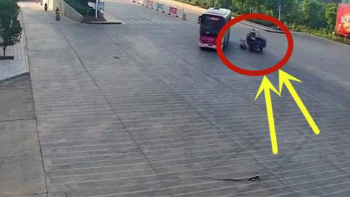 老人骑三轮不慎将孙女甩下车,第一时间他居然不救人!
