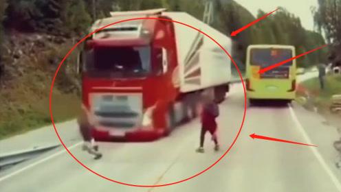 白布一盖等着上菜,孩子下完公交就跑,完全不看路上车辆,监控记录惊魂6秒