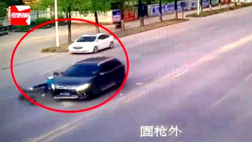 监拍广西13岁女孩骑电动车横过马路,被车撞飞躺地上抽搐不止