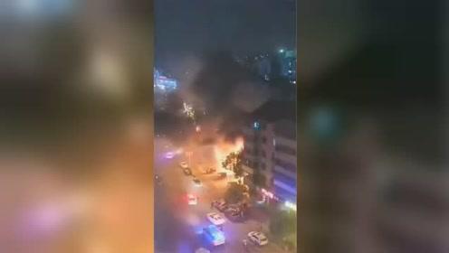 无锡一快递网点燃起大火 火苗高过二楼屋顶