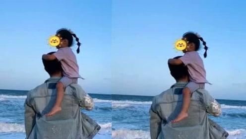 陈赫把女儿扛在肩头吹风看海超有爱,3岁安安已显现大长腿基因