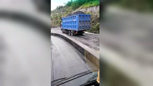 重载大货车晃晃悠悠的行驶,看着都危险!