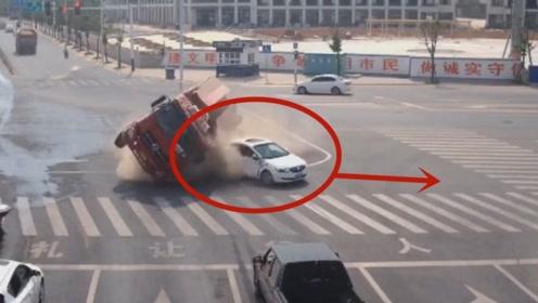 白色轿车司机惊险一刻躲过一劫,监控拍下他躲避全过程