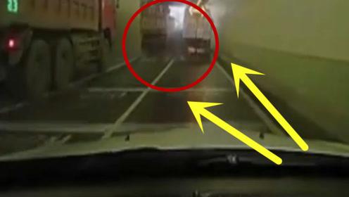 隧道内小轿车疯狂飙车,已经来不及刹车,最后被夹成一堆废铁!