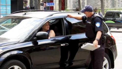 交警检查汽车被车门夹到手!吓得司机魂飞魄散,后来才知道猫腻