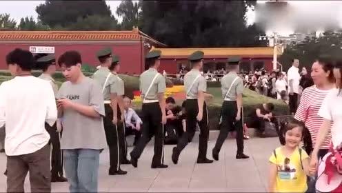 同龄男子盯着巡逻的武警战士看,从气势上差别就很大,军人帅气!