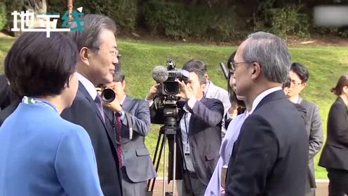 文在寅邀请各国大使欢谈 与日本大使亲切握手交谈