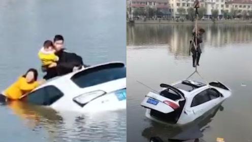 """轿车冲进河里两人抱孩子和""""死神""""抢时间 市民""""下饺子""""式救援"""
