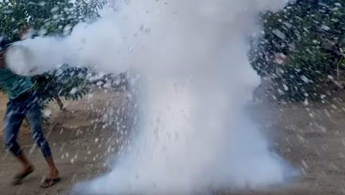 小伙把常温水倒进液氮中,下一秒太震撼了,简直是太梦幻了!